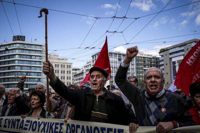 Συγκέντρωση και πορεία συνταξιούχων στο υπουργείο Εργασίας - εικόνα 3