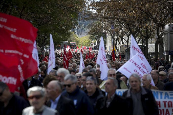 Συγκέντρωση και πορεία συνταξιούχων στο υπουργείο Εργασίας - εικόνα 4