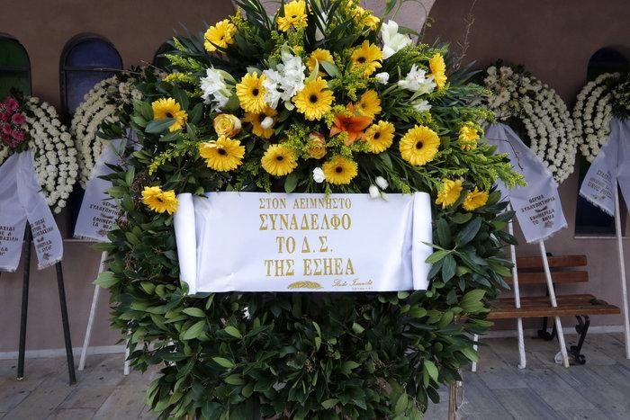 Βαθιά συγκίνηση στην κηδεία του Βασίλη Μουλόπουλου - εικόνα 8