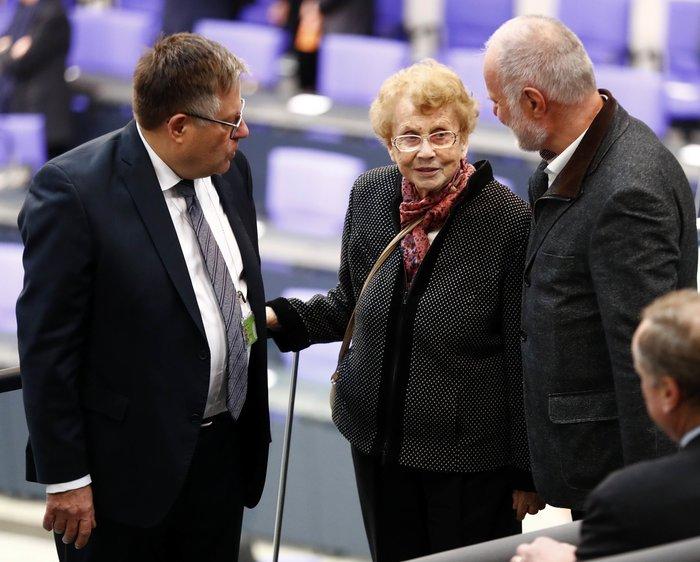 Καγκελάριος για 4η φορά η Ανγκελα Μέρκελ-με τη μαμά της στην ορκωμοσία