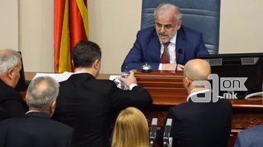 politiki-krisi-sta-skopia-meta-to-ksulo-sti-bouli-gia-tin-albaniki-glwssa