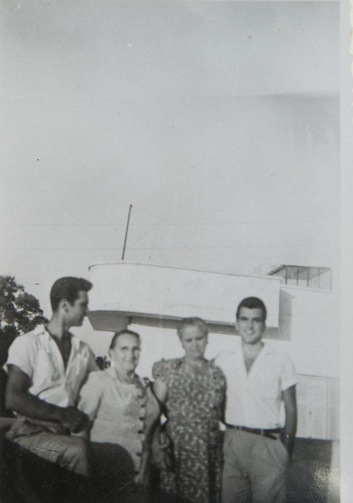 Σπάνια οικογενειακή φωτογραφία του Νίκου Κούρκουλου (πρώτος από αριστερά) από τη γειτονιά του στο δήμο Ζωγράφου. Τρίτη από αριστερά η μητέρα του, Αυξεντία