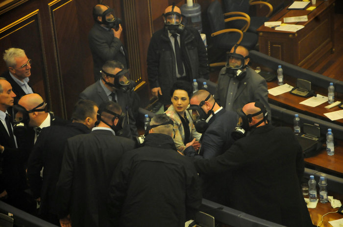 """""""Κόλαση"""" στο Κοινοβούλιο - Δακρυγόνα μέσα στην αίθουσα (Vid)"""