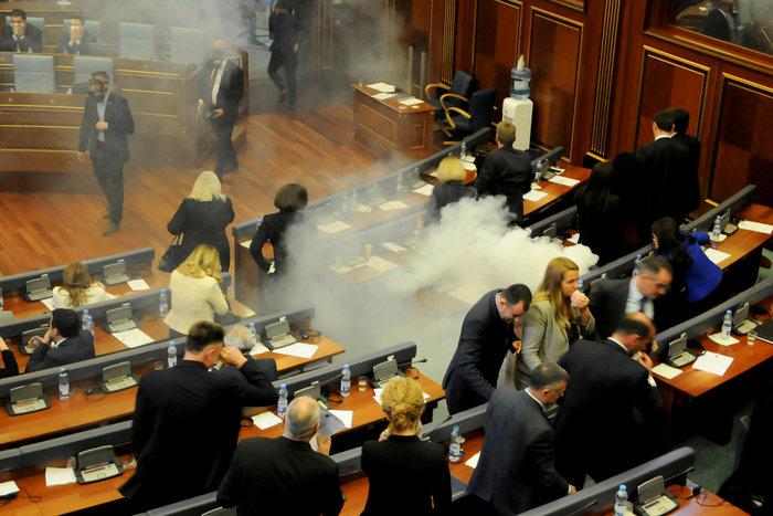"""""""Κόλαση"""" στο Κοινοβούλιο - Δακρυγόνα μέσα στην αίθουσα (Vid) - εικόνα 2"""