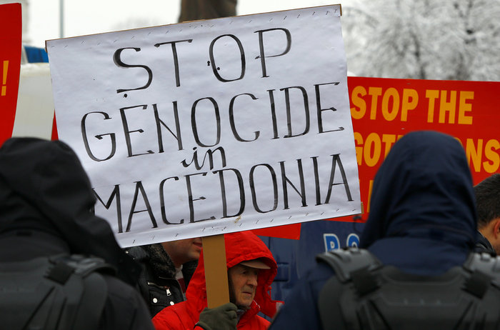 Μικρή συγκέντρωση εθνικιστών της ΠΓΔΜ έξω από το ΥΠΕΞ