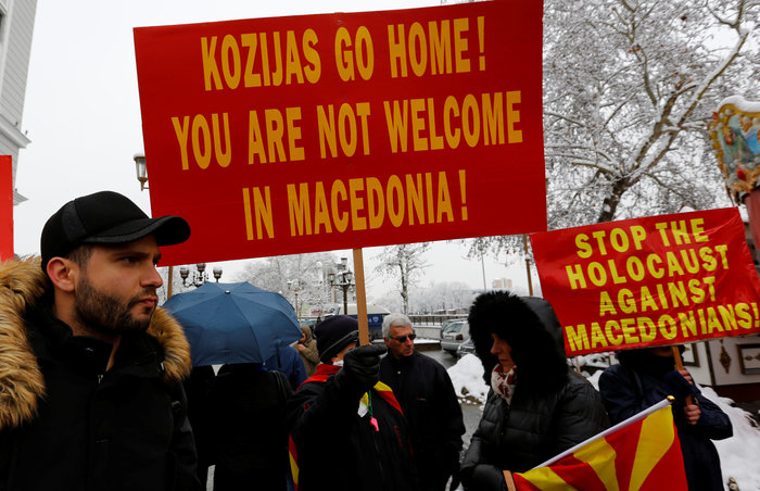 Μικρή συγκέντρωση εθνικιστών της ΠΓΔΜ έξω από το ΥΠΕΞ - εικόνα 2
