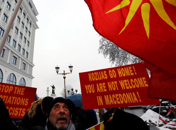Μικρή συγκέντρωση εθνικιστών της ΠΓΔΜ έξω από το ΥΠΕΞ - εικόνα 3