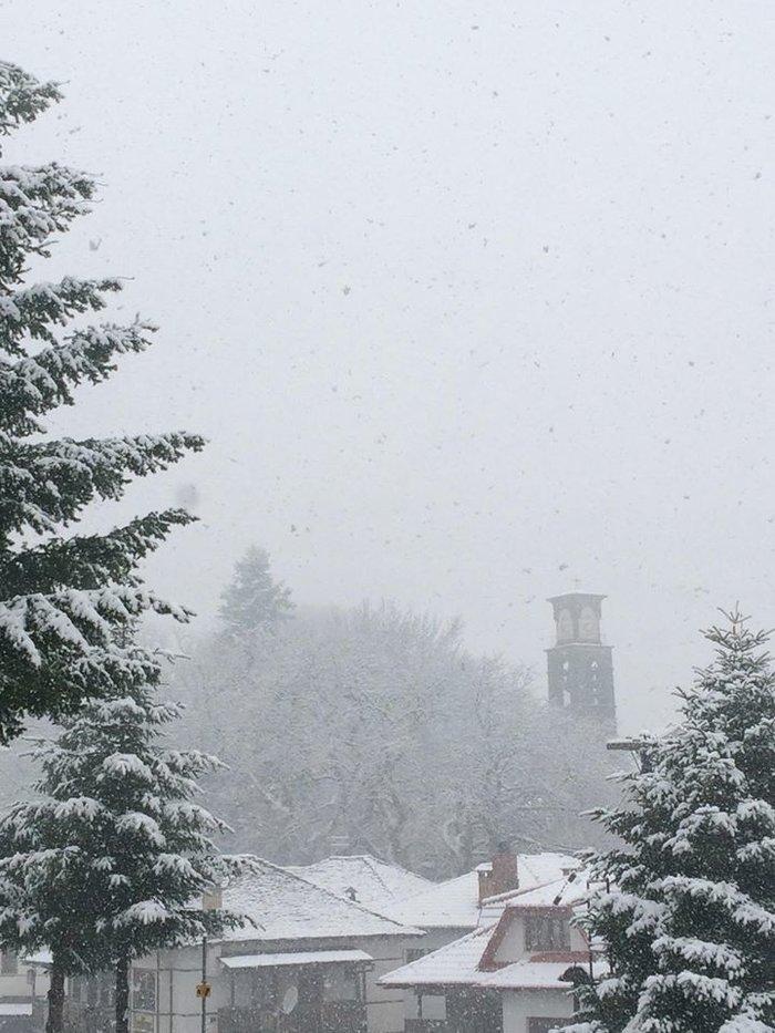 Χειμωνιάτικο σκηνικό στην Ήπειρο. Χιονίζει στα ορεινά από τα ξημερώματα - εικόνα 2