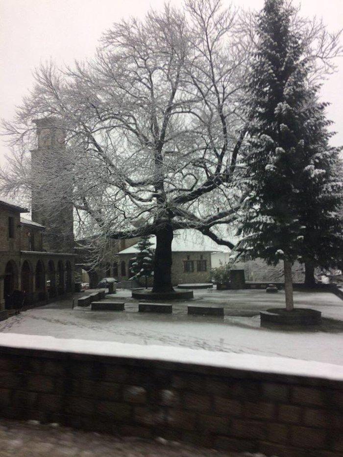 Χειμωνιάτικο σκηνικό στην Ήπειρο. Χιονίζει στα ορεινά από τα ξημερώματα