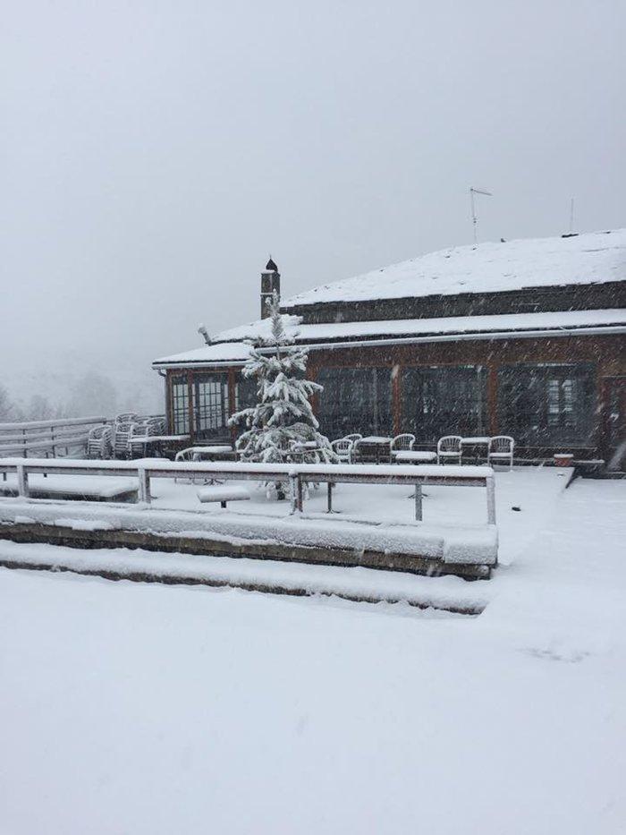 Χειμωνιάτικο σκηνικό στην Ήπειρο. Χιονίζει στα ορεινά από τα ξημερώματα - εικόνα 4