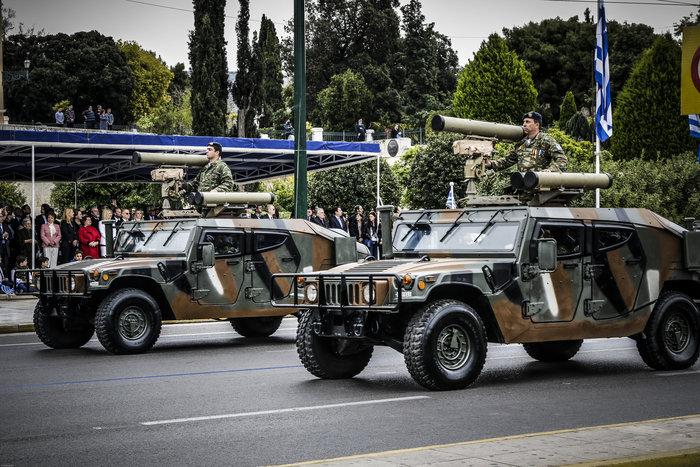 Καρέ καρέ η μεγάλη στρατιωτική παρέλαση στο Σύνταγμα