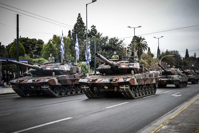Καρέ καρέ η μεγάλη στρατιωτική παρέλαση στο Σύνταγμα - εικόνα 2