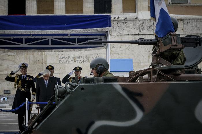 Καρέ καρέ η μεγάλη στρατιωτική παρέλαση στο Σύνταγμα - εικόνα 3