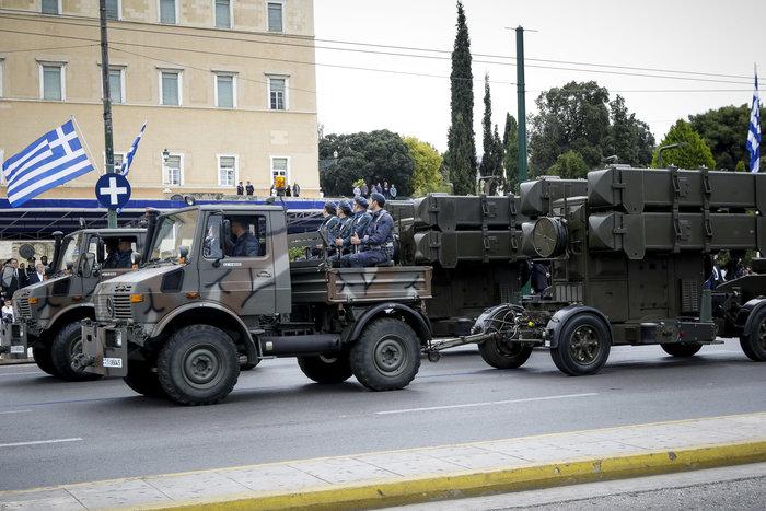 Καρέ καρέ η μεγάλη στρατιωτική παρέλαση στο Σύνταγμα - εικόνα 5