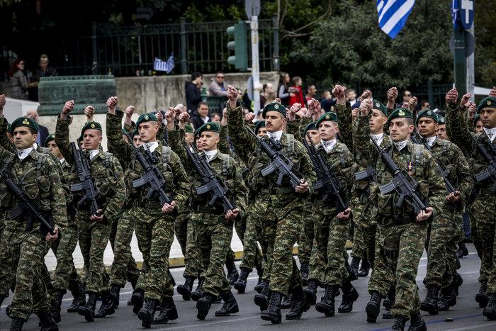 Καρέ καρέ η μεγάλη στρατιωτική παρέλαση στο Σύνταγμα - εικόνα 7