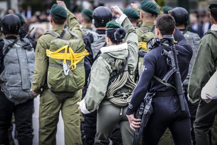 Καρέ καρέ η μεγάλη στρατιωτική παρέλαση στο Σύνταγμα - εικόνα 8