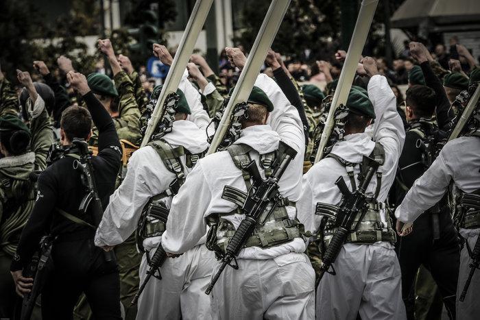 Καρέ καρέ η μεγάλη στρατιωτική παρέλαση στο Σύνταγμα - εικόνα 9