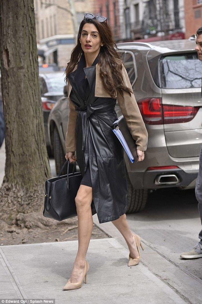 Η Αμάλ Κλούνεϊ με παλτό αξίας 3,5 χιλιάδων ευρώ στο Μανχάταν [Εικόνες]
