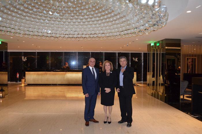 Ο Κώστας Βαρώτσος μαζί με την οικοδέσποινα της εκδήλωσης, Τζένη Μήτση και τον διευθυντή του ξενοδοχείου, Γιώργο Σταύρου