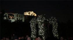 Τουρίστες παρακολουθούν τον Επιτάφιο κάτω από την Ακρόπολη