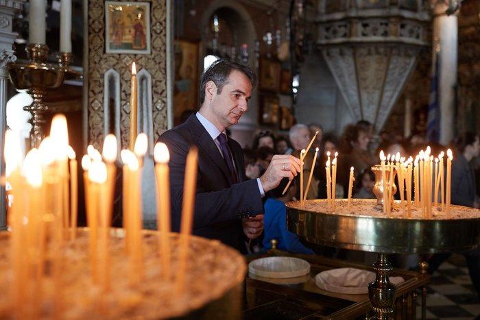 Ο Κυριάκος Μητσοτάκης στην Παναγία της Τήνου με την Μαρέβα (phoτο)