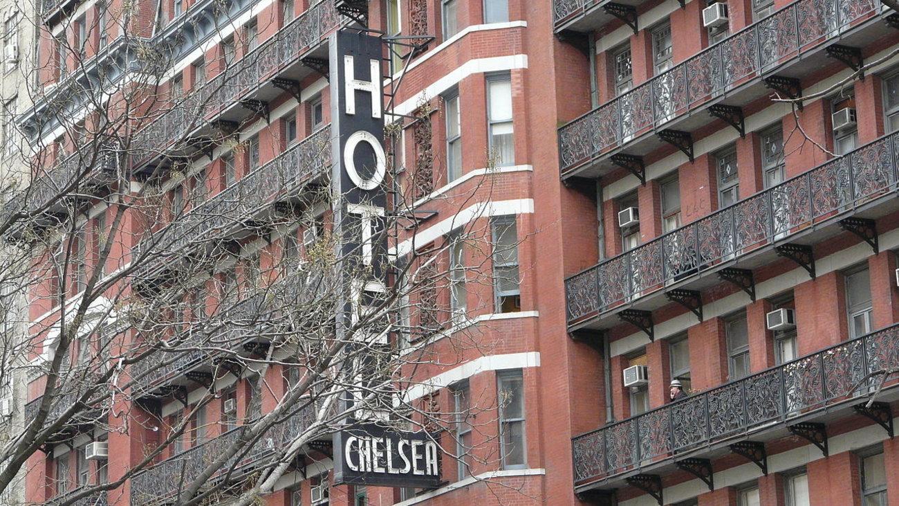 sto-sfuri-55-portes-tou-thrulikou-chelsea-hotel-tis-neas-uorkis
