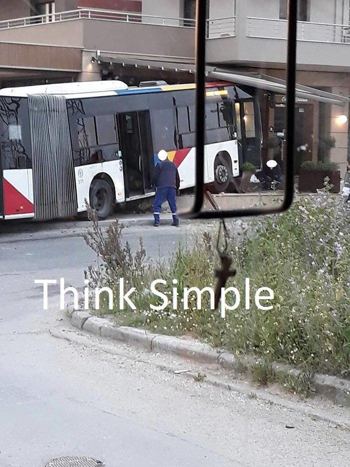 Θεσσαλονίκη: 4 τραυματίες από σύγκρουση Ι.Χ. με αστικό λεωφορείο