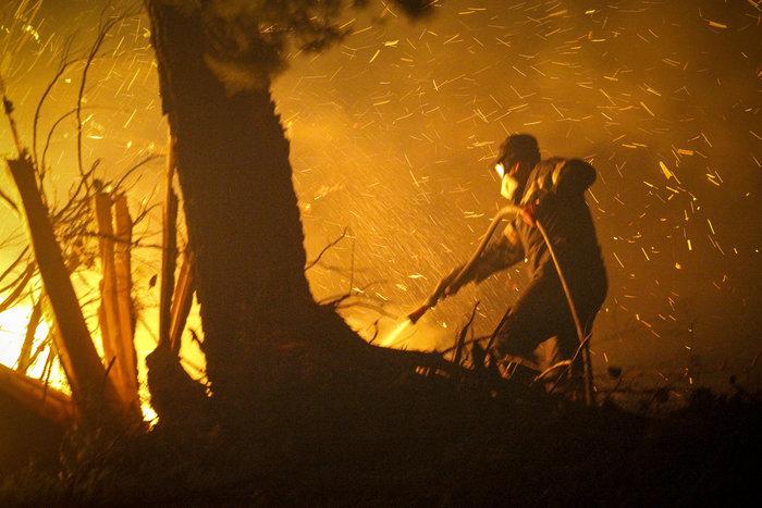 Συνεχίζεται η μάχη με τις φλόγες στην Ηλεία με 24 οχήματα και 2 αεροπλάνα