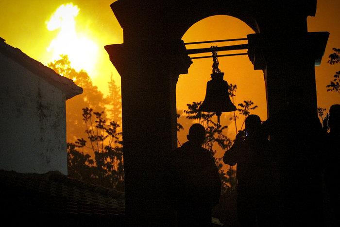 Συνεχίζεται η μάχη με τις φλόγες στην Ηλεία με 24 οχήματα και 2 αεροπλάνα - εικόνα 2