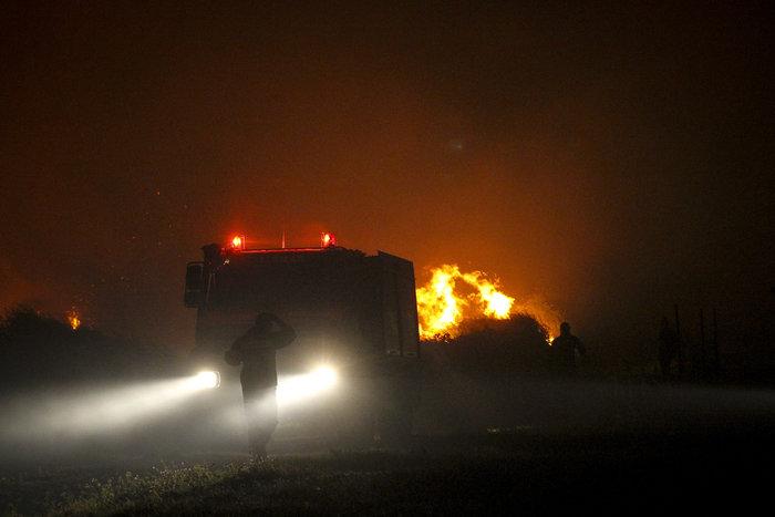 Συνεχίζεται η μάχη με τις φλόγες στην Ηλεία με 24 οχήματα και 2 αεροπλάνα - εικόνα 4