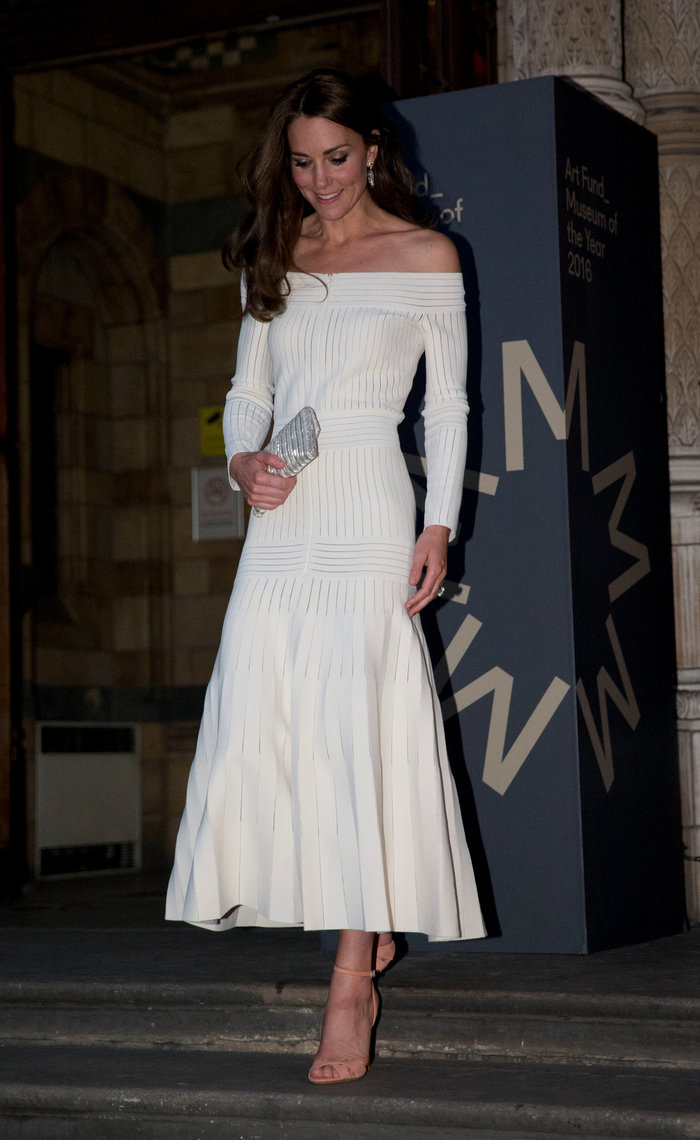 bdf530141ad7 Γιατί η Κέιτ Μίντλετον δεν θα φορούσε ποτέ το ριγέ φόρεμα της Μαρκλ ...