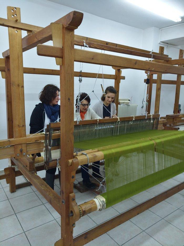 Οι αργαλειοί της Ριζαρείου στο Μονοδένδρι Ζαγορίου υφαίνουν το μέλλον