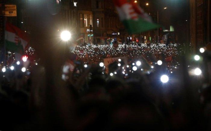 Χιλιάδες Ούγγροι στους δρόμους της Βουδαπέστης, κατά του ελέγχου των μμε