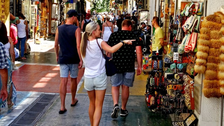trapeza-tis-ellados-perissoteroi-touristes-alla-ligotera-esoda