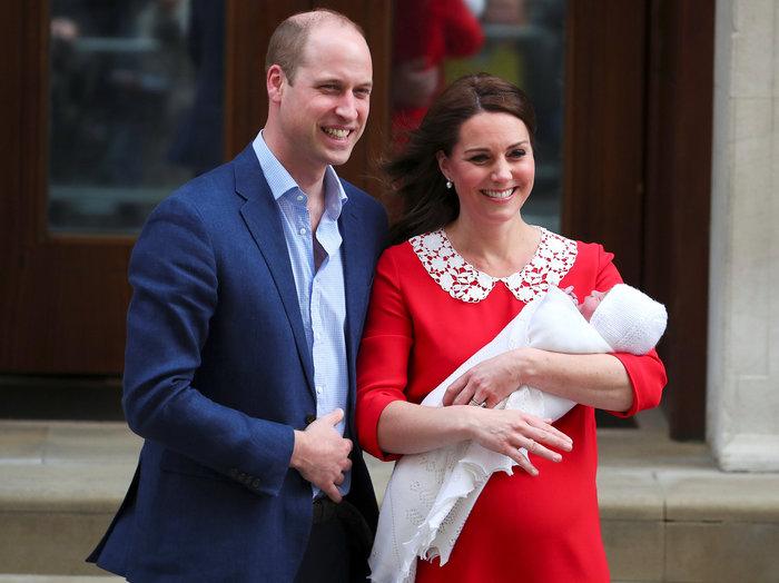 Η πρώτη δημόσια εμφάνιση του νέου πρίγκιπα στην αγκαλιά της μαμάς του - εικόνα 3
