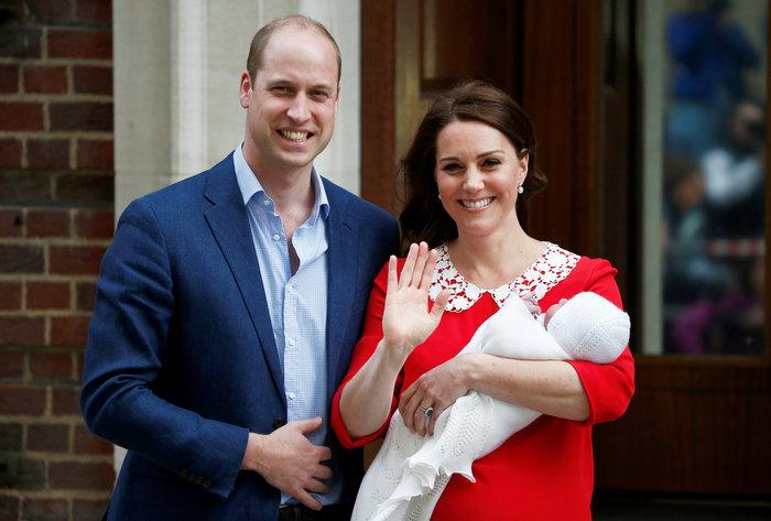 Η πρώτη δημόσια εμφάνιση του νέου πρίγκιπα στην αγκαλιά της μαμάς του - εικόνα 4