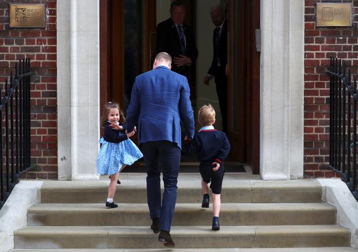 Γεννημένη πριγκίπισσα η Σάρλοτ: Πανδαιμόνιο με τo βασιλικό χαιρετισμό της - εικόνα 2