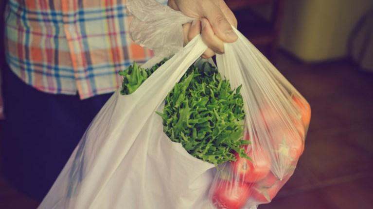 Τέλος Μαΐου πληρώνουν για τις πλαστικές σακούλες