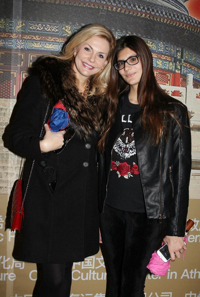 Η πανύψηλη κόρη της Eμυς Λιβανίου σε έξοδο με τη μητέρα της [φωτό] - εικόνα 2