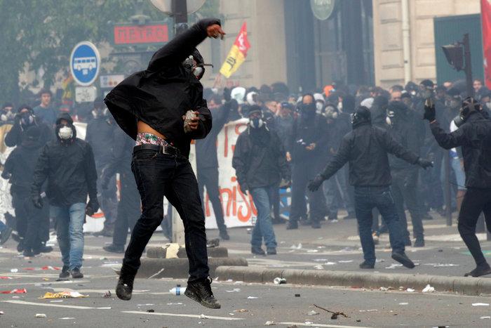 Παρίσι: Κουκουλοφόροι έκαψαν καταστήματα & αυτοκίνητα-Αγριες συγκρούσεις