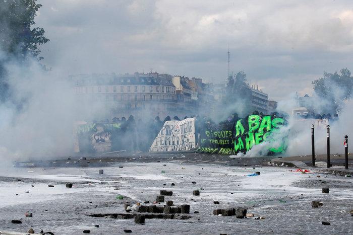Παρίσι: Κουκουλοφόροι έκαψαν καταστήματα & αυτοκίνητα-Αγριες συγκρούσεις - εικόνα 2