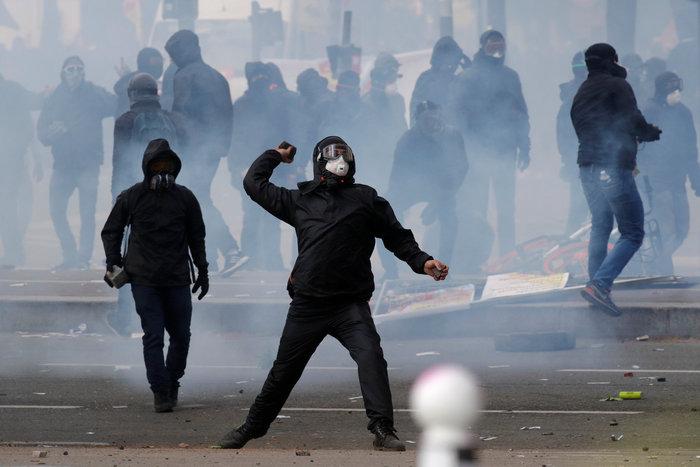 Παρίσι: Κουκουλοφόροι έκαψαν καταστήματα & αυτοκίνητα-Αγριες συγκρούσεις - εικόνα 5