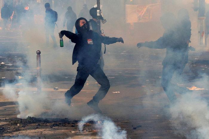 Παρίσι: Κουκουλοφόροι έκαψαν καταστήματα & αυτοκίνητα-Αγριες συγκρούσεις - εικόνα 6