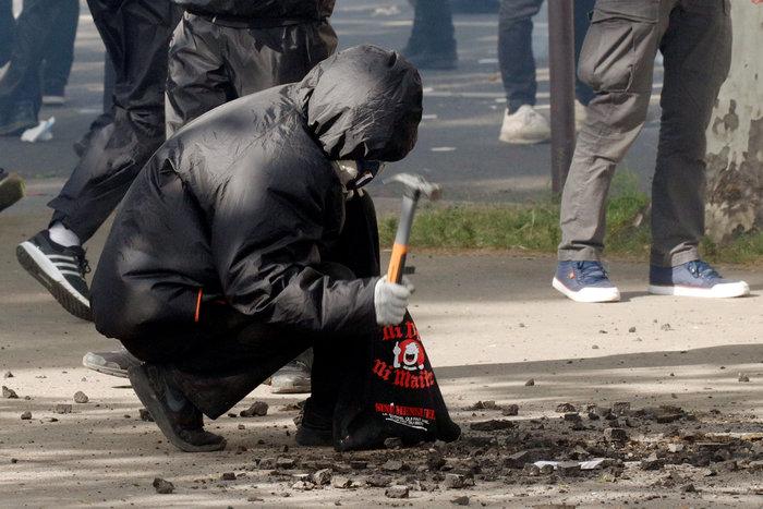 Παρίσι: Κουκουλοφόροι έκαψαν καταστήματα & αυτοκίνητα-Αγριες συγκρούσεις - εικόνα 3