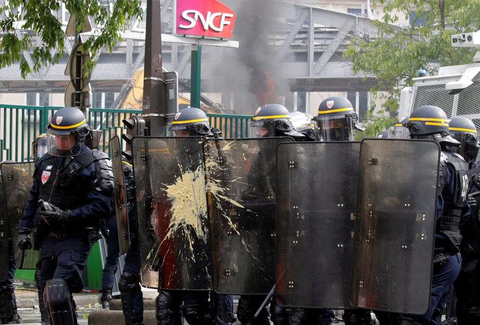 Παρίσι: Κουκουλοφόροι έκαψαν καταστήματα & αυτοκίνητα-Αγριες συγκρούσεις - εικόνα 4