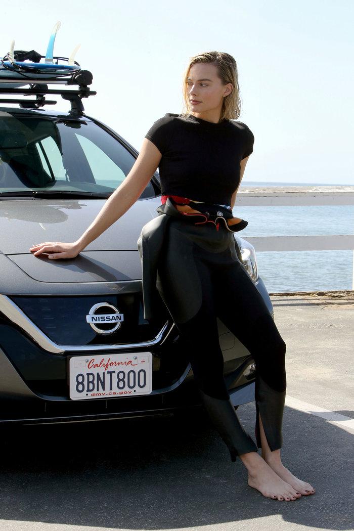 H Margot Robbie κάνει την ηλεκτροκίνηση τόσο -μα τόσο- sexy