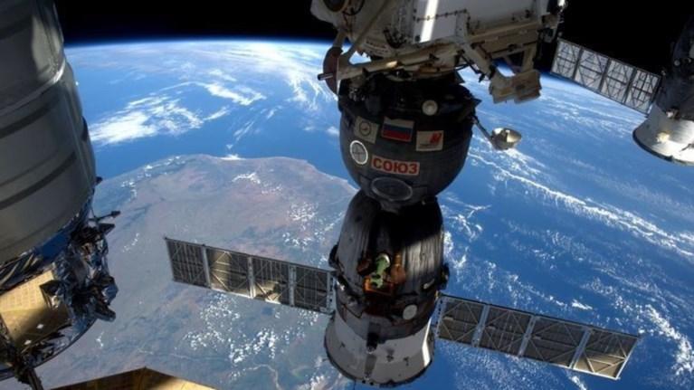 rwsoi-kosmonautes-metetrepsan-25-litra-ourwn-se-posimo-nero