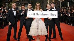 Με πλακάτ στο κόκκινο χαλί για τον «εχθρό του Πούτιν»