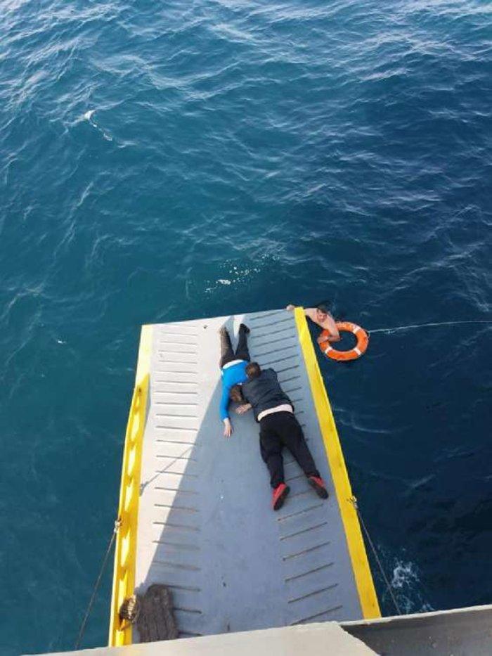 Καρέ καρέ η διάσωση 69χρονης που εντοπίστηκε ανοικτά του Πειραιά [Εικόνες] - εικόνα 4