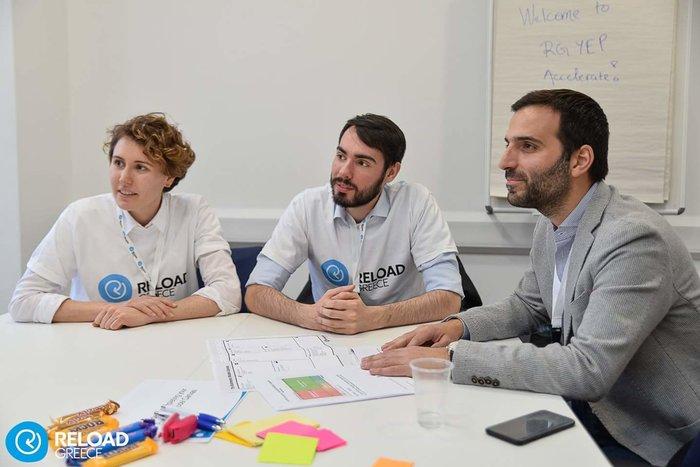 Η Ιωάννα κι ο Αναστάσης με τον μέντρορά τους, Κυριάκο Κωνσταντινίδη, υπεύθυνο παγκοσμίου στρατηγικού σχεδιασμού «Global Strategy Director», από την φαρμακευτική εταιρεία AstraZeneca)